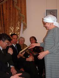 Рамзия Абзалина знакомит присутствующих с архивными документами