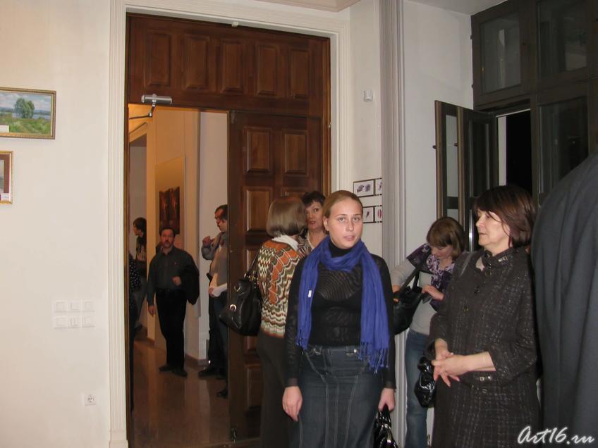 Фото №37639. Гости выставки «Иное время года» собираются