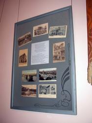 Стенд со старинными фотографиями, в центре стихотворение Дэрдменда «Обращение к ветру»
