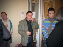 Фарид Вахитов, художник-карикатурист, в центре