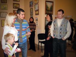 Фото о выставке: М. Нуруллина с сыном, который который ест торт.
