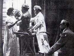 Е.П. Тарханова-Антокольская лепит бюст И.Е. Репина. 1907