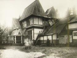Дом в «Пенатах» после постройки веранды и второго этажа. 1908