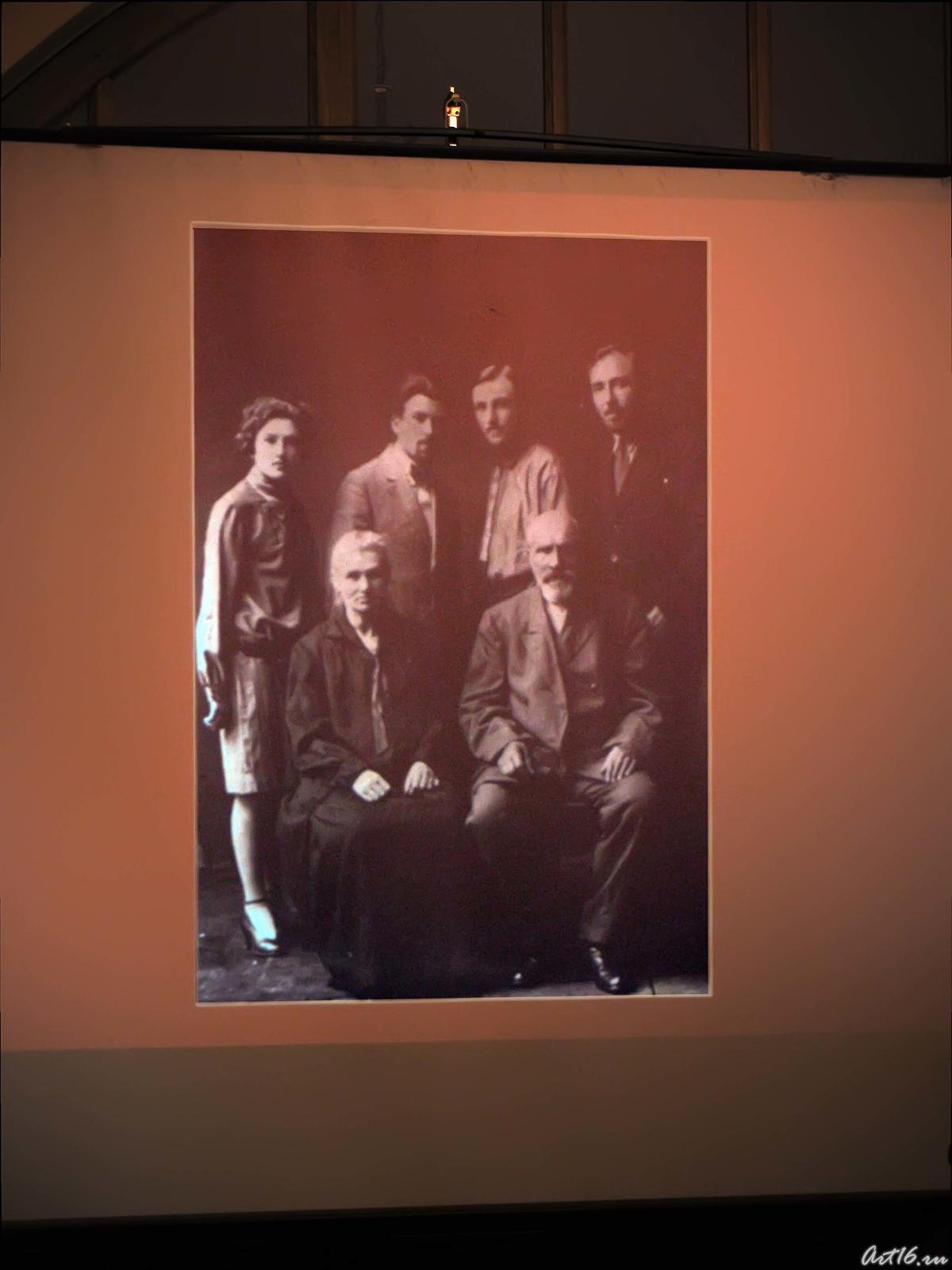 Фото №39784. На экране семейное фото Н.И. Воробьева