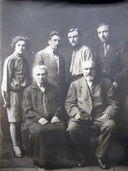 В центре — мать Татьяна Илларионовна, отец — Осип Никонорович. Слева: сестра — Клавдия Иосифовна, брат — Николай Иосифович, брат