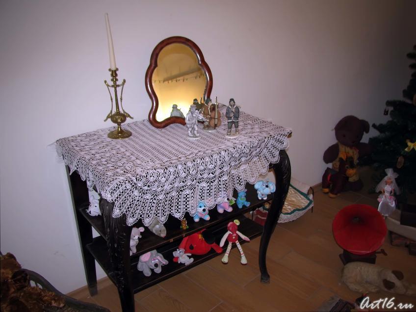 Фото №39925. Зеркало, свеча на столе и много игрушек
