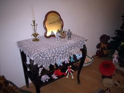 Зеркало, свеча на столе и много игрушек