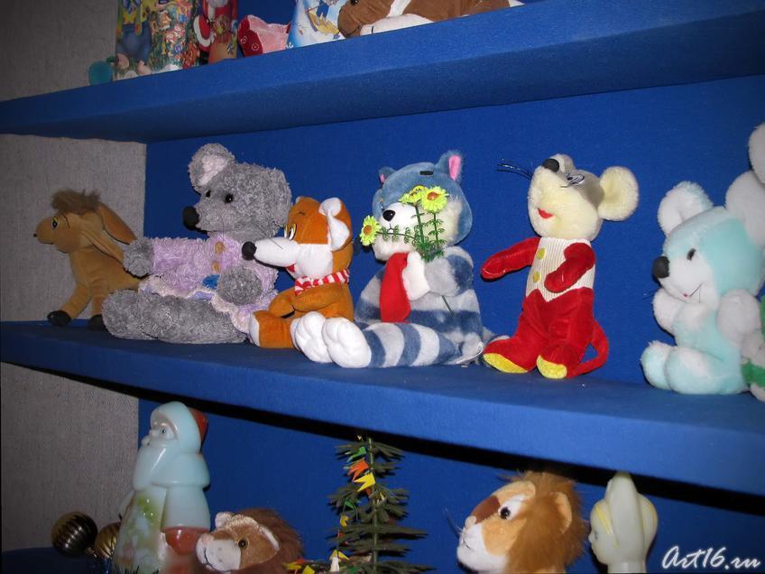 Мягкие игрушки в «Мастерской Деда Мороза»:: Выставка «В гостях у сказки»