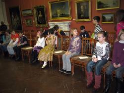 Маленькие гости музея в зале с белым камином