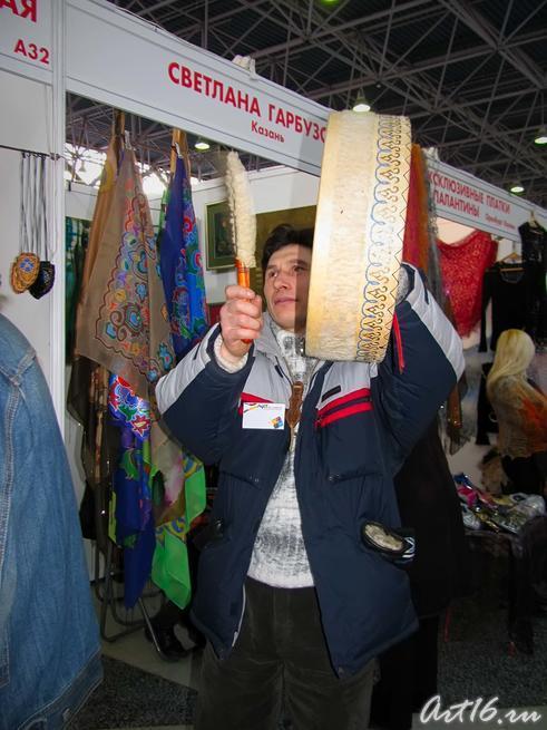 Фарат Ханбеков с целительным бубном::Арт-галерея. Казань — 2010
