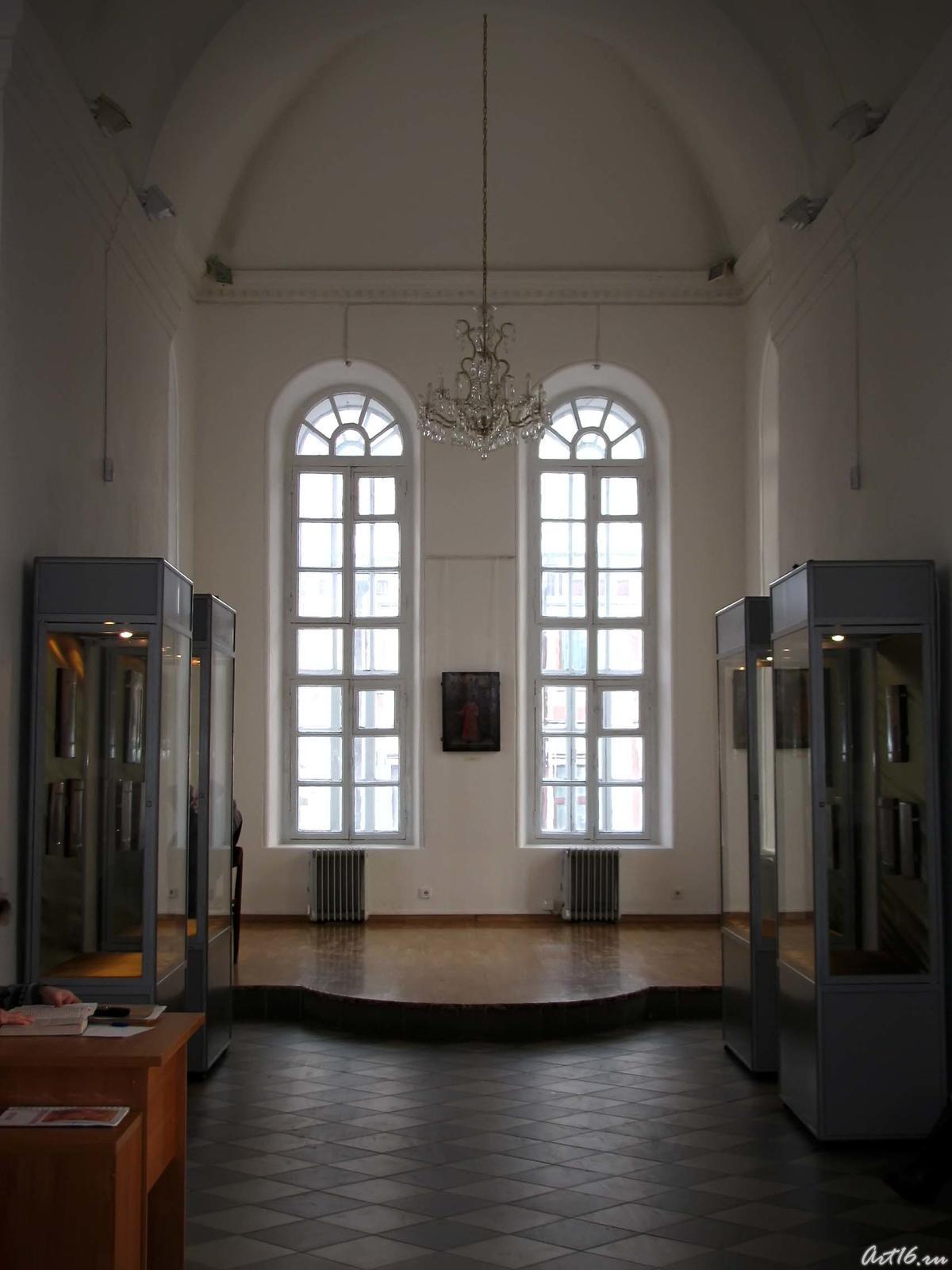 Фото №42891. На выставке икон в колокольне Богоявленской церкви