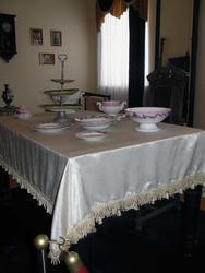 Обеденный стол с фарфоровым сервизом