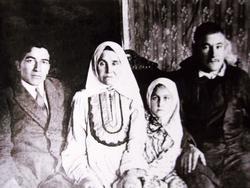 Писатель Г. Гали с матерью Васифой и близкими родственниками