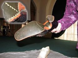 Подошва туфельки украшена резьбой