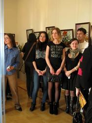 Студенты на выставке «Мистерия Мао. Фарфор. Китай. Культурная революция»