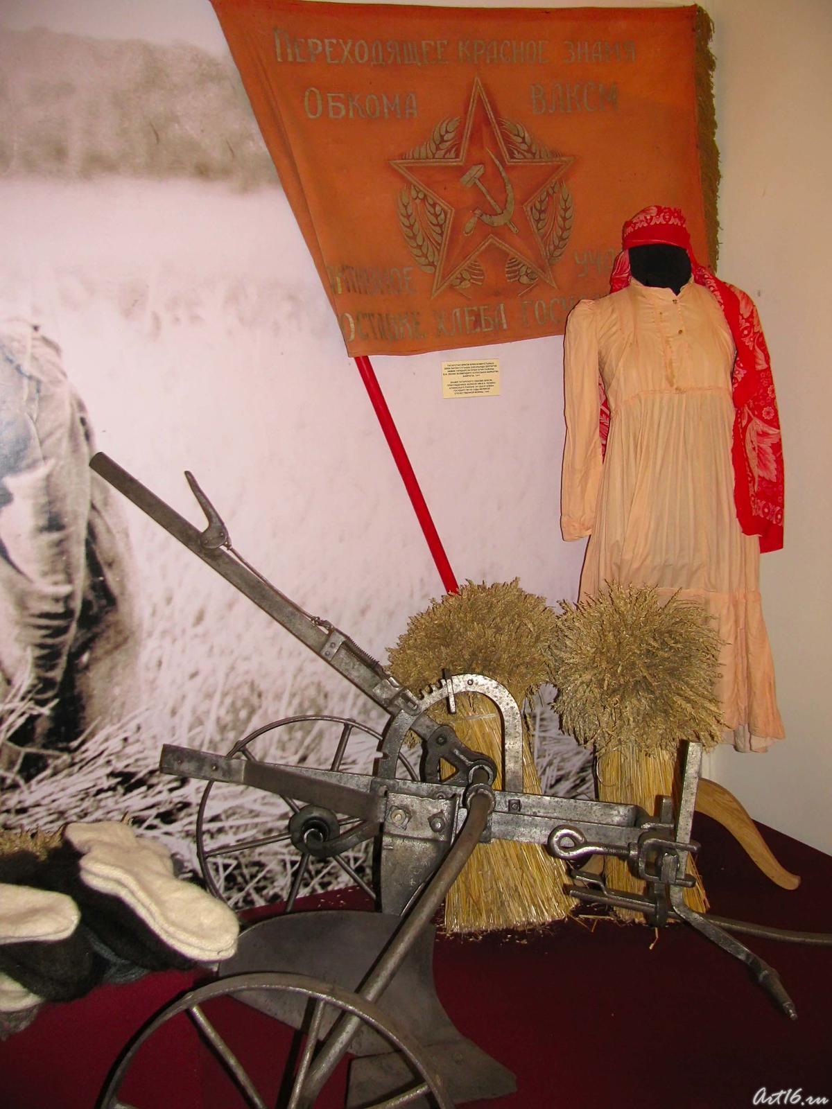 Фото №56566. На стене - знамя Государственного комитета обороны, врученное