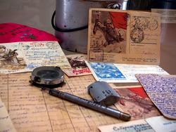 Письма с фронта, личные вещи: зажигалка, ручка, компас, фляга