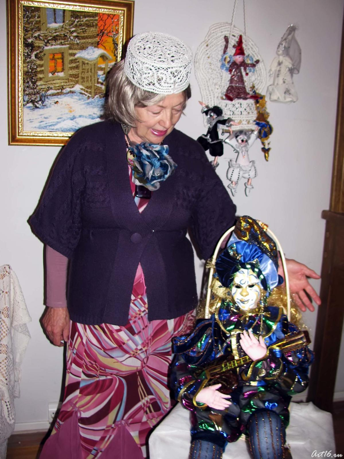 Фото №57649. Лиана Хакимовна Алимбек-Тагирова с куклой ''Музыкант''