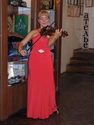 Игра на скрипке в зале