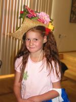 В соломенной шляпке, изготовленной Натальей Зюмченко