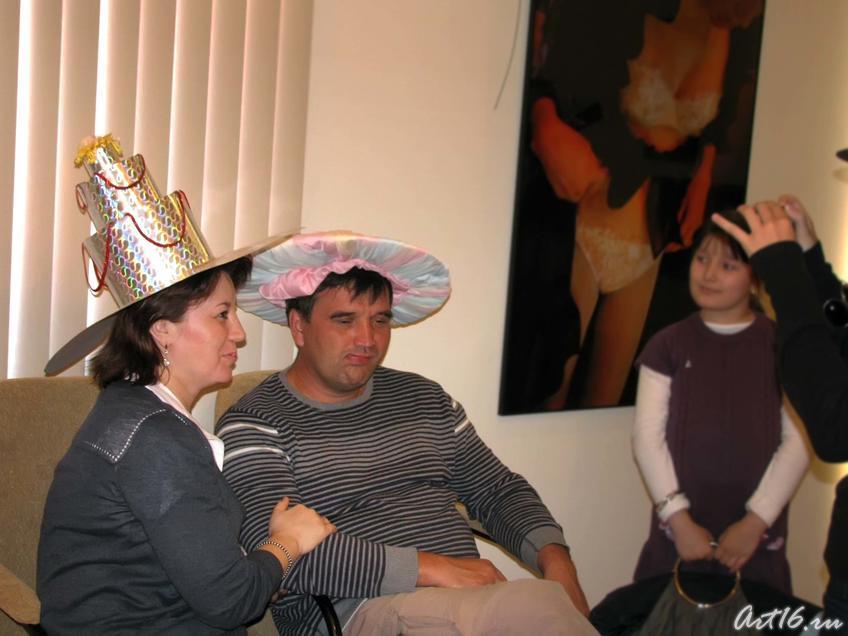 Фото №58653. Не осталось человека, не примерившего шляпку в ''«Ателье на Монмартре»