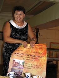 Ольга Новикова с афишей к выставке