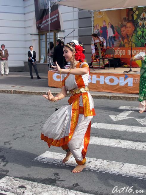 Индийский танец  на площади 1 мая перед НМ РТ::День Республики Татарстан и День города