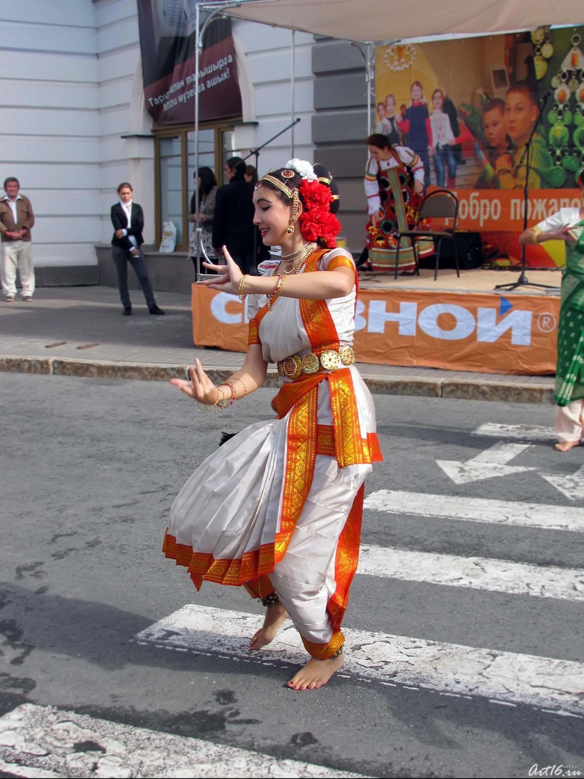 Фото №58996. Индийский танец  на площади 1 мая перед НМ РТ
