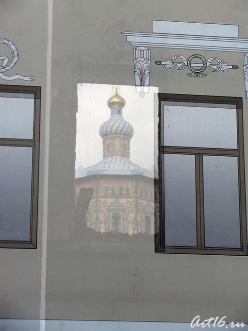 В проеме окна, сквозь банерную ткань виден Петропавловский собор::День Республики Татарстан и День города