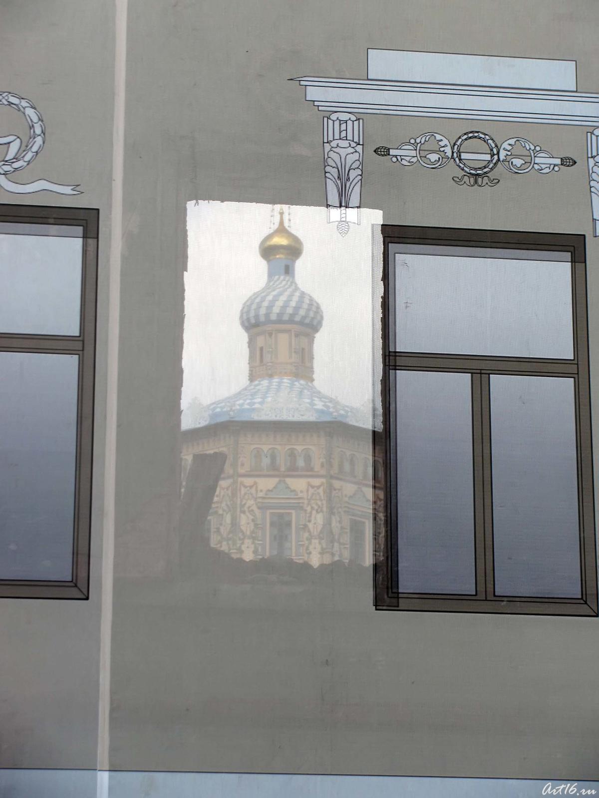 Фото №59086. В проеме окна, сквозь банерную ткань виден Петропавловский собор