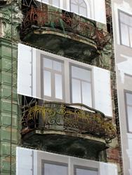 Два окна на банерной ткани стыдливо прикрывают настоящий оконный проем