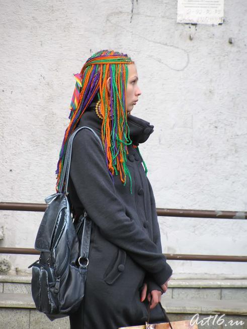 Одиноко стоящая  на ул. Баумана девушка::День Республики Татарстан и День города