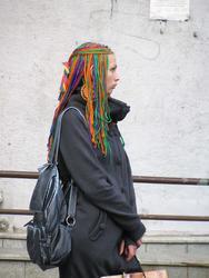 Одиноко стоящая  на ул. Баумана девушка