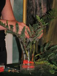 Листья папоротника - первые компоненты букета.