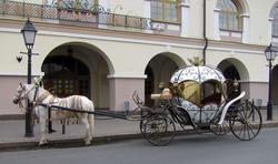 Прогулочная карета у здания Национального музея РТ