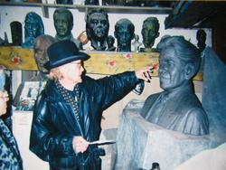 Скульптор Альфрит Абдрашитов  работает над портретом-бюстом Г. Ахунова