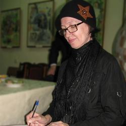 Наиля Ахунова ставит автограф на книге