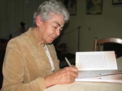 Лейля Каримова ставит автограф на книге Фатиха Карима, своего отца