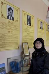 Н.Ахунова у экспозиции, посвященной ее отцу, Г. Ахунову