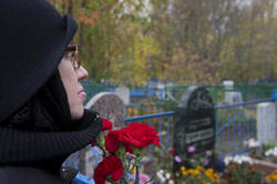 Наиля Ахунова на могиле родителей