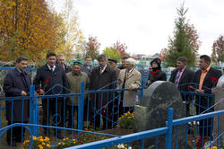 У могилы Гарифа Ахунова. Сентябрь 2010