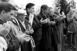 Молитва у могилы  Г.Ахунова. Сентябрь 2010