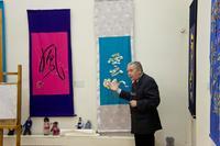В. Захаров на фоне свитков ''Феникс'' и ''Облако'' и китайских кукол