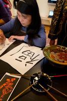 Цай Юнь  Ли пишет китайское благопожелание