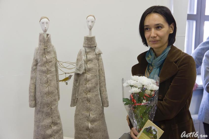 Елена Ермолина возле своей работы   ʺДвоеʺ. 2009::Выставка победителей международного конкурса современного искусства
