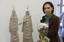 Елена Ермолина возле своей работы