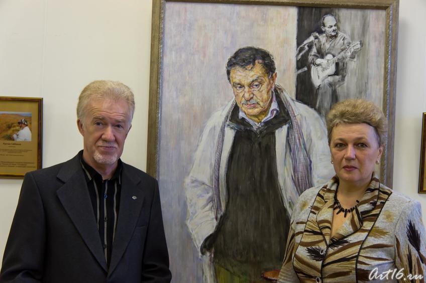 С. Грунис у портрета В.П. Аксенова::Выставка победителей международного конкурса современного искусства