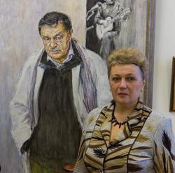 С. Грунис у портрета В.П. Аксенова