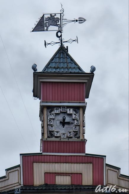 часы на доме и флюгер с изображением всадника::г.Клин, дом-музей П.И.Чайковского