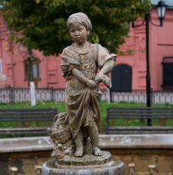 В центре фонтана  — фигурка девочки-грибницы  (г.Клин)
